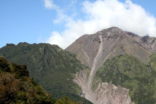 雲仙は車道とロープウェイで手軽に山の上まで行ける
