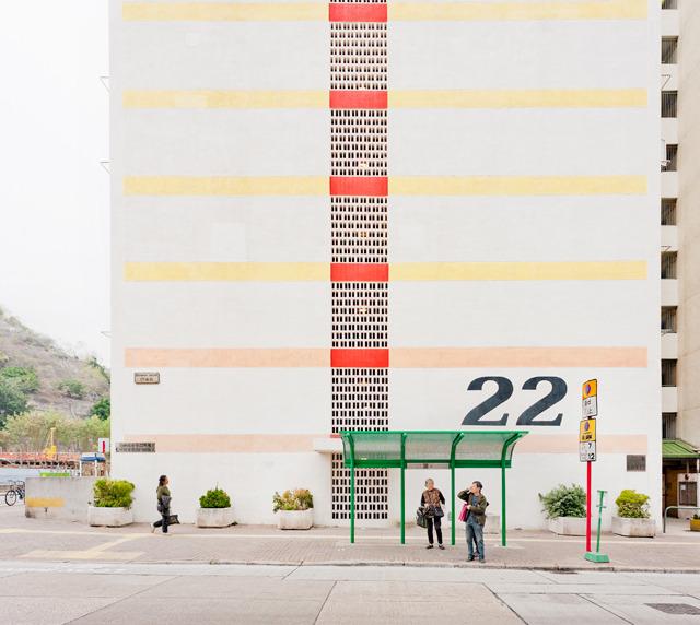 団地脇のバス停。墨痕鮮やか「22」の号棟表示とポップなカラーリング。すかしブロック。かわいい。かわいすぎる。