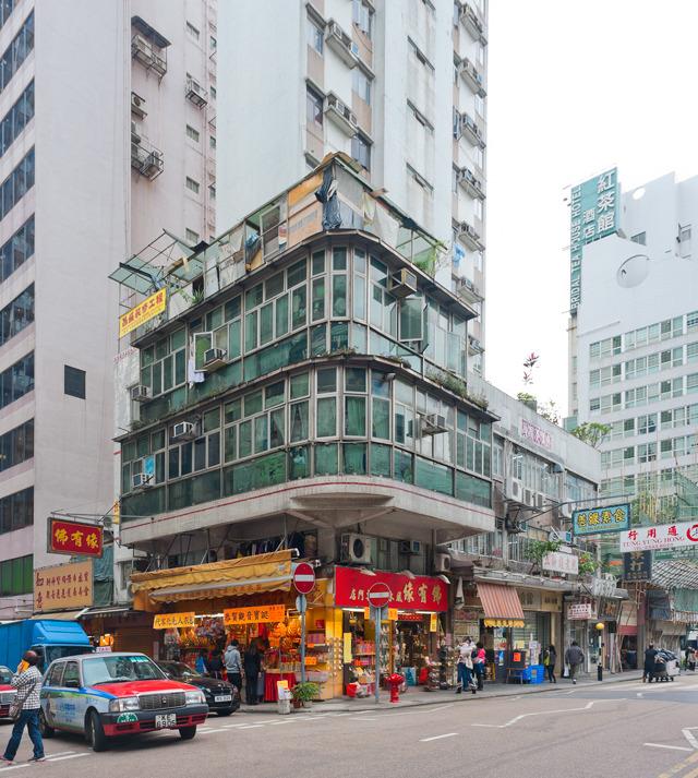 このかわいいビルの屋上にあるのも違法屋上建築。きっとほかの高層のビルの上にもあるんだと思うが、高すぎて地上からは見えない。いつか「香港屋上建築ツアー」をやってみたい。