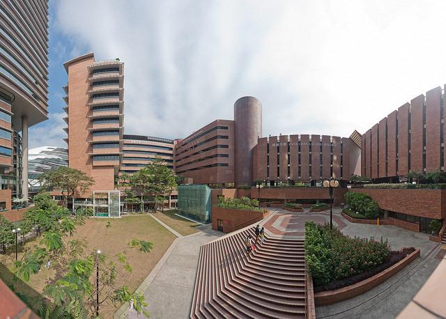 ひとついえるのは、大学内のほかの建築がみんなレンガ調の重厚なデザインなのでザハも映えるんだよなー、ということ。左の奥にちらっと見えるが、すごいコントラスト。
