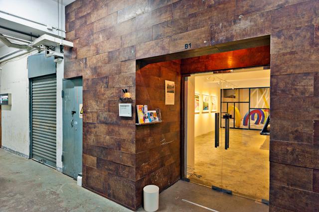 古いかっこいいビルの一角を自分たちで改装してギャラリーにしている。この入り口の木の板、日本の小学校の机(こういうやつ)の天板の再利用だって!すごい!「1個1ドルで中古品を引き取ったからすごく安上がりだったよ」って言ってた。