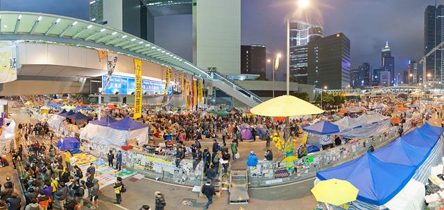 路上にたくさんのテントが張られ、人でいっぱい。背後に見えるのが政府の建物(大きな画像はこちら)