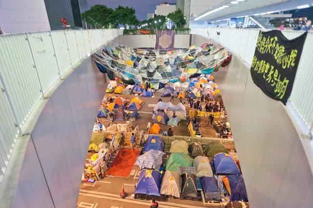 上から見ると、こんな。下のテントと同じ「傘状の形」で向き合う感じがすてきだと思った。