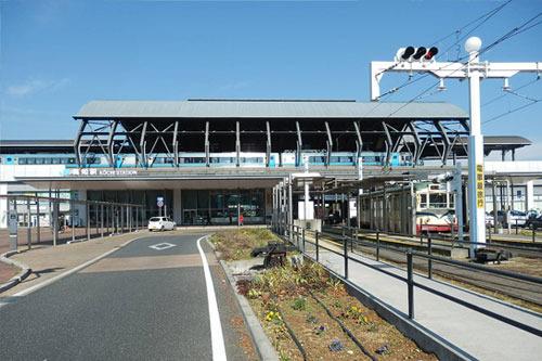 右には路面電車の発着駅