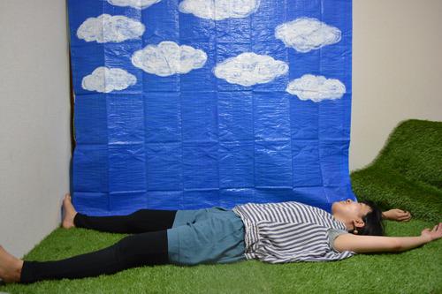 人工芝を、布団ベッドにとりつけるだけで完成
