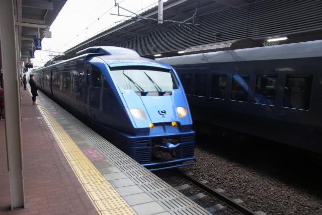 全身メタリックブルーの電車がきた