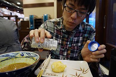 味の濃いカレーに対抗するため卵にも塩を