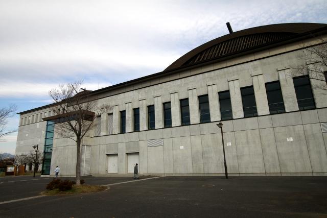 一方、公園奥の体育館はコンクリートの外壁で冷たい印象