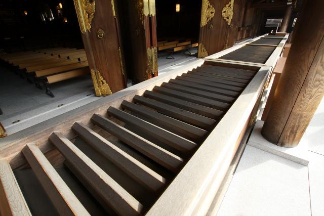 拝殿の賽銭箱も異様に長い