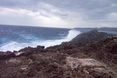 明るくなってから撮った辺戸岬。波と風が半端ない。
