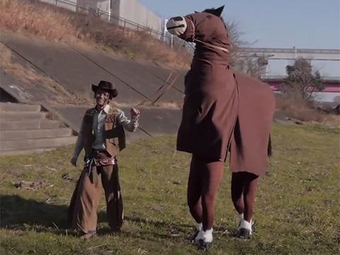 プープーテレビは毎日1分の動画コーナーだが年一回大きなものをつくる。去年は馬を作って西部劇を撮った。(『西部劇の馬を作る』より)