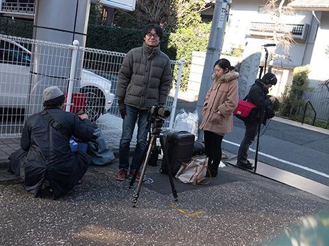 身近にいるプロを投入したのでクオリティが上がった。右からプロの音声さん池田くん、プロの舞台女優の松村さん、記念写真を撮るアマ、アマの人