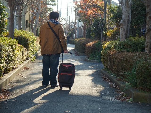 近所をガラガラと大きな音を立てながら歩く。知り合いに会いませんように。