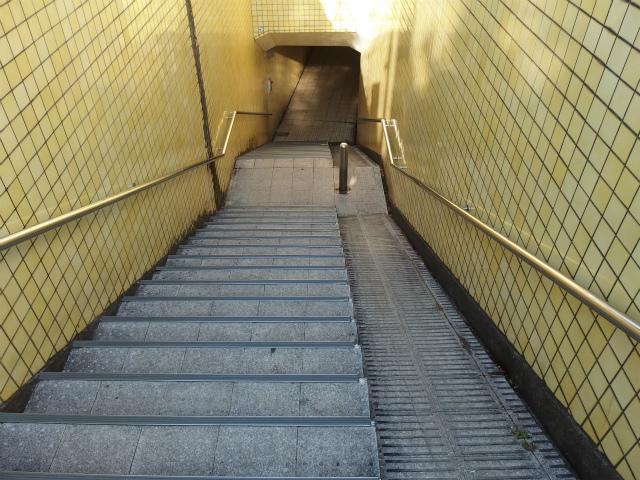 普段はただの道である地下道もカバンを引いて歩けば、違う風景に。