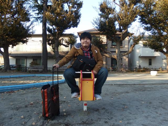 違う公園で見つけた、遊具にも乗ってみたり、