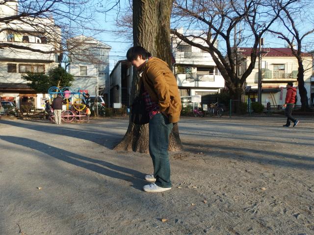 ブランコ、サイズが合わなくて腰に鎖が食い込んで痛い。公園は大人の遊び場でないと感じた瞬間でした。