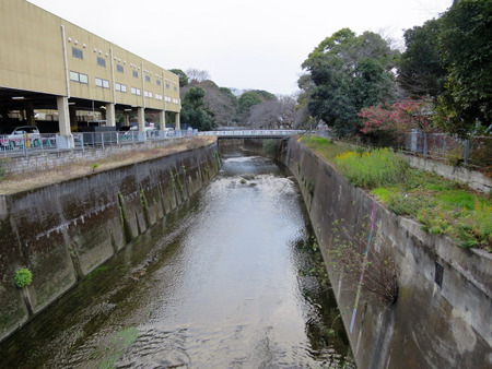 石神井川沿いに建つ温泉施設