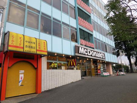 マクドナルドも旅先でよく行列を見る。左は中華の老舗だろうか