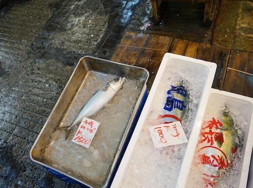 一般客が出入りする時間帯になっても取引は活発。鮮魚が次々と売れてゆく。