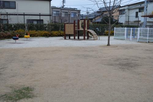 と、路地に入ってすぐにあっさり風味の公園を発見。
