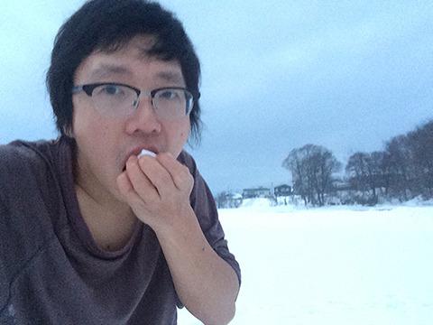 唐辛子をかじってそのへんの雪をたべる…