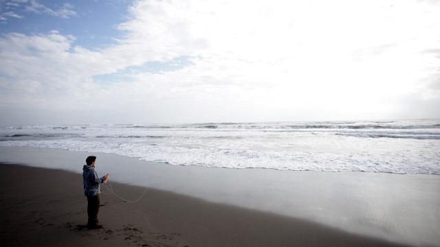 凧が海に落ちて途方に暮れている風ですが、実はカニを捕っています。
