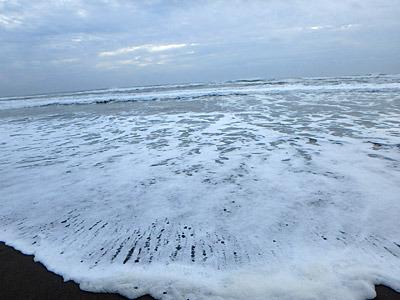 ザバーンと打ち寄せる波が、カニ網を沖へと運んでいく。もちろん靴がびしょ濡れになった。