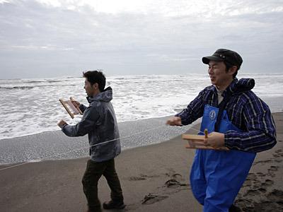 砂浜でキャッキャするおじさん二人。