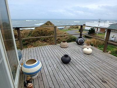 海沿いに建つ友人宅のロケーションがすごい。でかい壺とかアンチョビを作っている浜名一憲さん。
