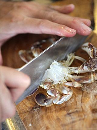 食べやすく、そしてダシが染み出しやすいように、包丁で二つに割る。