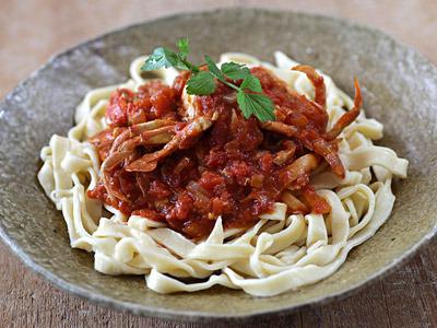 ヒラツメガニのトマトパスタ。もっとソースをドバドバと掛けて食べる。麺の出来がもう一つだったかな。