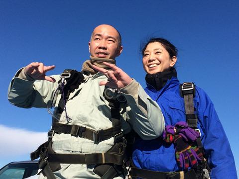第1陣の宮村、陽々夫妻。自衛官募集みたいな写真が出来上がった。坂上二郎の「飛びます飛びます」ポーズシミュレーションに余念のない宮村さん。