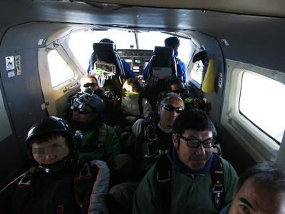 体育座り。この特殊部隊のような機内がクールだ。今後、ジャンボジェット機の大袈裟なアナウンスがアホらしく聞こえるだろう。