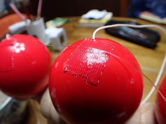 玉にテグスをガムテープで貼り付ける。