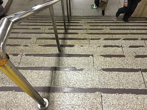 階段の滑り止めもこの削られっぷり。