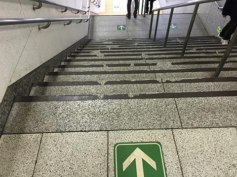 別の階段にも細いながら乗客道が見て取れる。