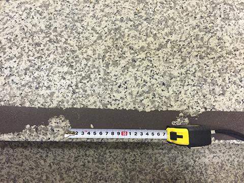 すり減り同士の間、約17センチ。これが都営新宿線乗客の左右足の幅だ。