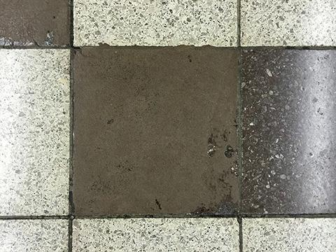 人工大理石の表面がうっすら残る、すり減りタイル。