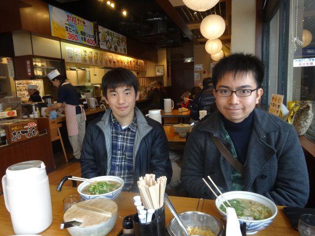 伊藤さん(右)と大泉(左)さんと、うどんで腹ごしらえ。福岡もうどん屋が目立つ