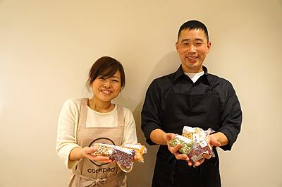 クックパッドニュース編集部の丸島さんと残った豆を持って記念撮影。ありがとうございました!