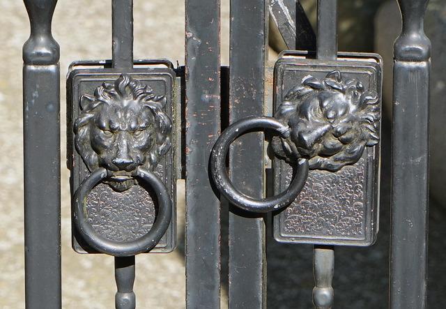 片方のライオンをくるっと回してがちゃんと扉を閉ざす(直感的な説明)