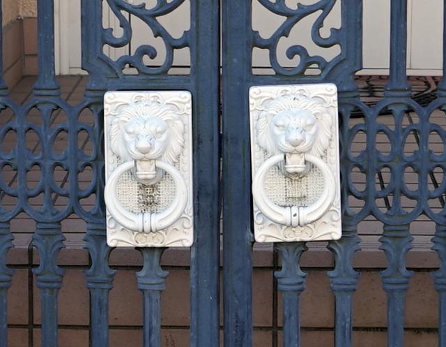 門扉との上品なコントラストに怒り面のアクセント。