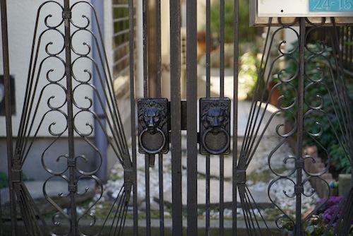 たいがい門扉のデザインもエレガントでかっこいい。