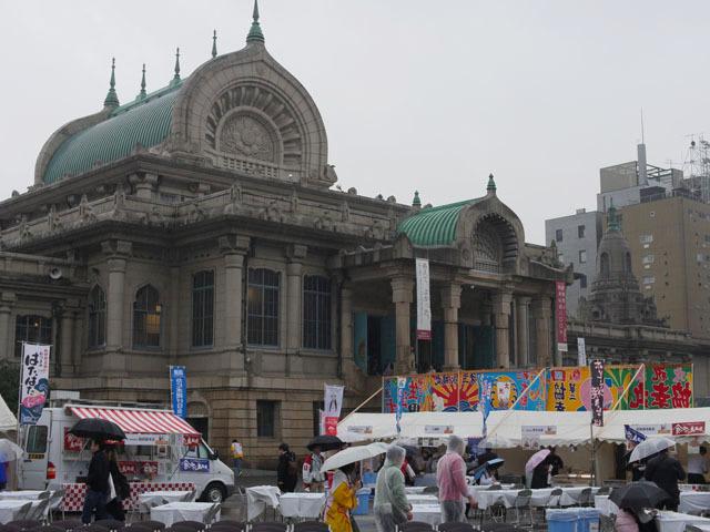 築地本願寺前の広場がイベントスペース。