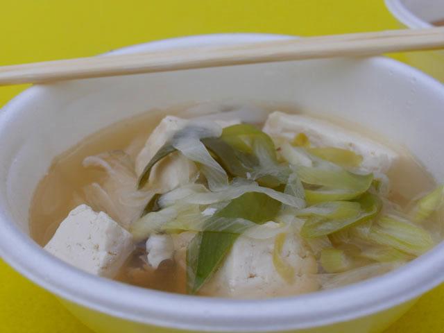 秋田の「しょっつる鍋」。豆腐やネギなどと一緒にハタハタが入った一品。