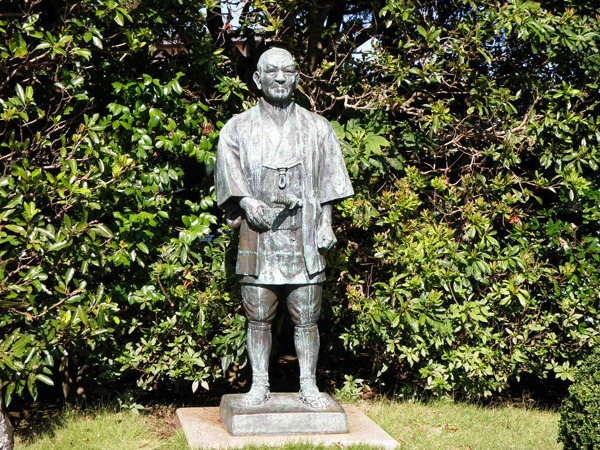 小田原市の「二宮尊徳記念館」に立つ、二宮金次郎の像