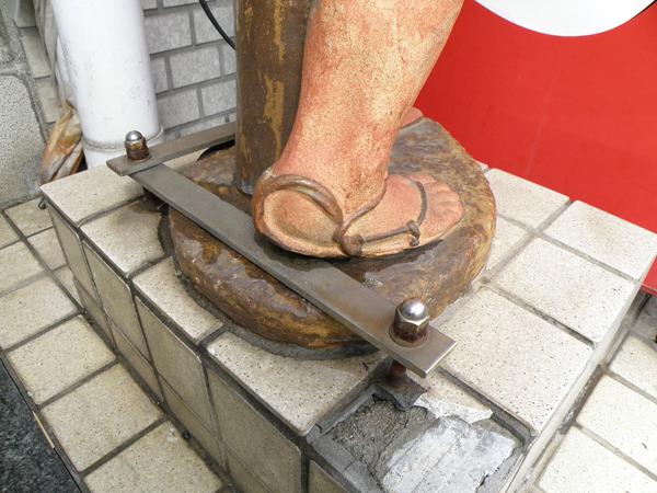 セメントと金具で土台にしっかり固定されている