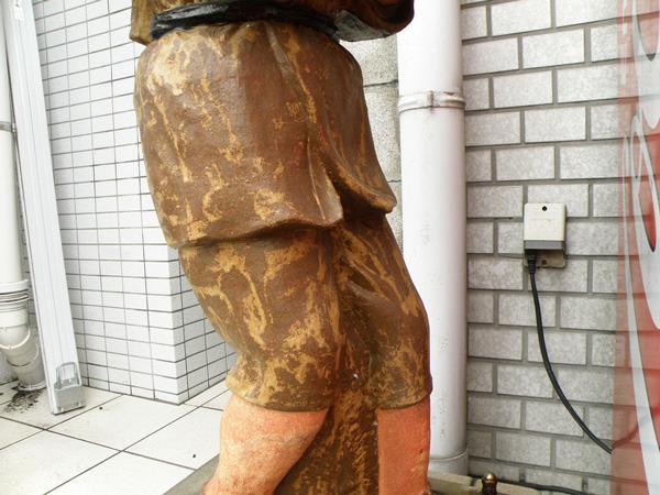 この像は、着物なのに左足前である