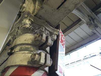 柱頭のレリーフが「100年柱」の目印