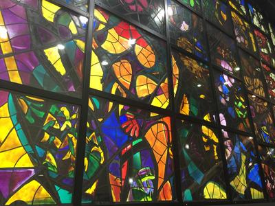 ほかにも、京葉線ホームに向かうコンコースにある「天地創造」のステンドグラスや